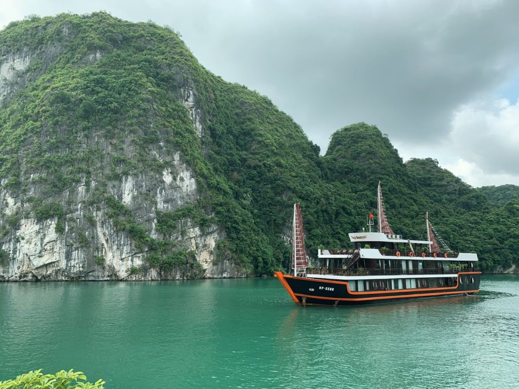 Boats and the Halong Bay mountains