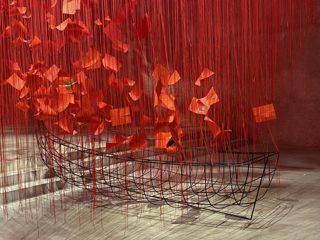 Red threads engulf the boat at Chiharu Shiota's exhibition at Koenig Galerie (KÖNIG GALERIE) in Berlin.
